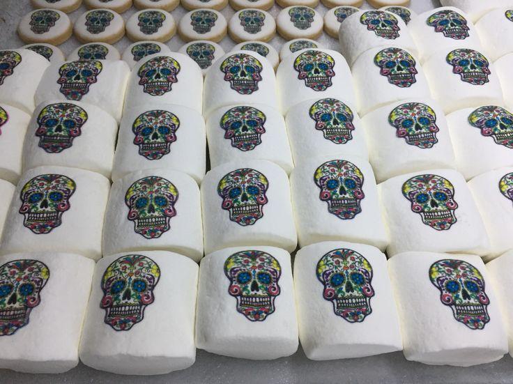 Sacando pedidos para Día de Muertos y Halloween ☠️👻  Malvaviscos impresos  Individual celofán $8.50 Individual sin empaque $7.00 Celofán con 2 $16 Celofán con 4 $30 Celofán con 6 $45  15% descuento pago en efectivo   #malvaviscos #bombones #marshmallow #printedmarshmallows #impresionescomestibles #halloween #diademuertos #malvaviscosimpresos