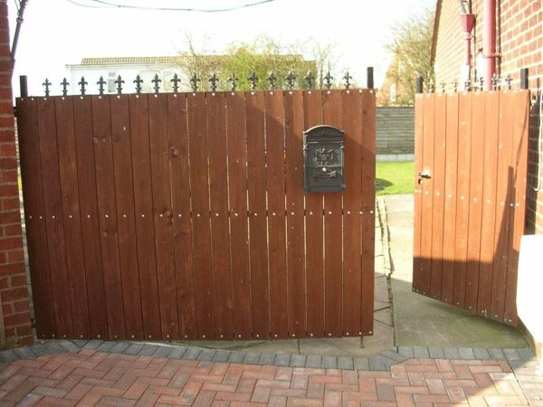 Wooden driveway gate designs gates with timber screening for Wooden driveway gates designs