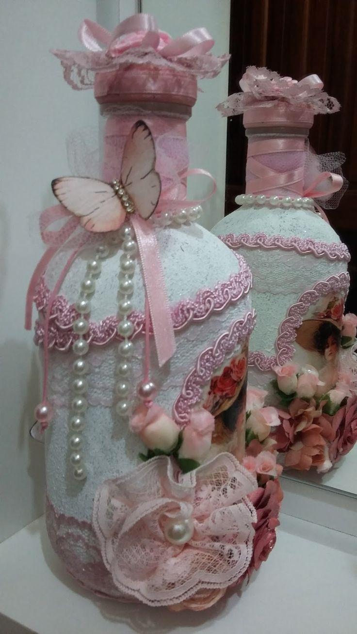 Outra das minhas meninas. Também em estilo vintage decorada com rendas, guipure, pérolas e outro frufrus. A decoupage de dama antig...