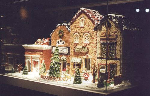 Gingerbread House Idea 1--Oh what fun it would be to display this gingerbread house on my table!