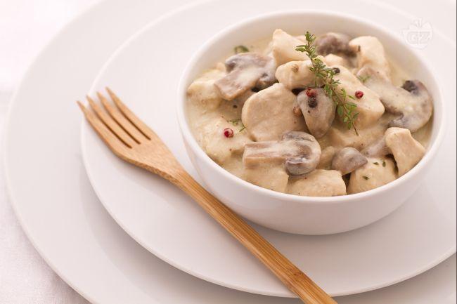 Il pollo alla crema è un secondo piatto delizioso preparato con funghi e petto di pollo immersi in una crema delicatissima.
