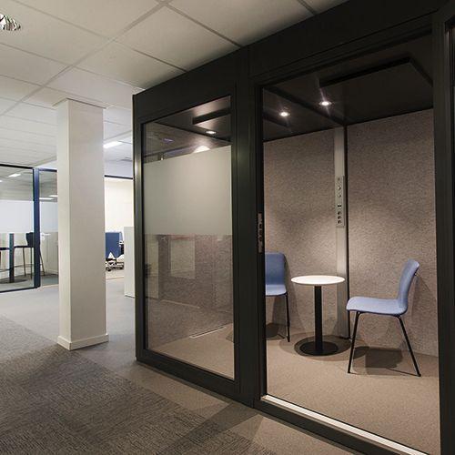 QuietPod fra Abstracta er et mobilt akustik-mødelokale. QuietPods er mobile tavse rum til brug i åbne kontorlandskaber og offentlige miljøer. Se mere her.