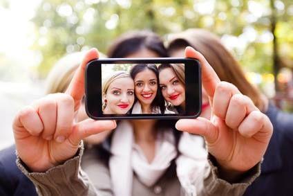 Las SELFIES se han convertido en una de las formas principales para contagiarse de PIOJOS ya que para que quepan todos en la foto tienen que estar todos juntitos y con la cabeza pegada uno con otro.