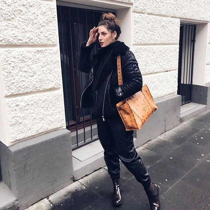 Die wunderschöne @esrafet__ mit ihrem Vintage MCM Shopper  diese und viele weitere MCM Taschen findet ihr online oder kommt in der Boutique vorbei  Link im Profil #gluecklich #glueckundglanz #mcm