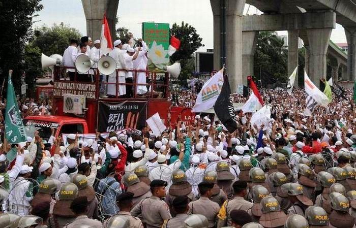 WinNetNews.com - Sehubungan dengan rencana FPI untuk melakukan unjuk rasa di Polda Metro Jaya, Polisi menghimbau agar pengendara kendaraan bermotor dapat menghidari kawasan Semanggi. Besok hari Senin tanggal 23 Januari 2017 pukul 08:00 WIB sampai selesai, di depan Mapolda Metro Jaya Jalan Jenderal Sudirman