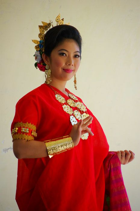 BAJU BODO. Baju Bodo is the traditional clothing of women  Bugis, Sulawesi  Indonesia.  Baju Bodo quadrangular,  usually short-sleeved, which is half of the elbow sleeves. Baju Bodo is also recognized as one of the oldest in the world of fashion. (Hagaina Dwi Septya Rainy FD1A1)