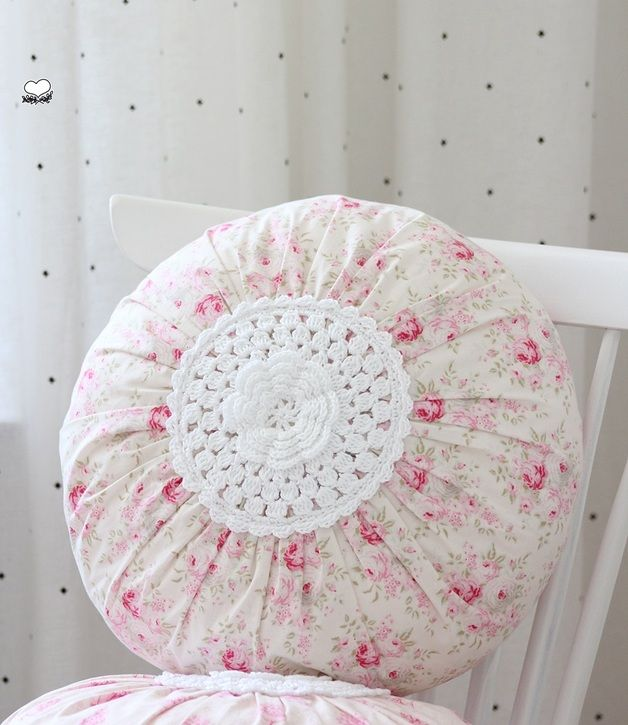 Shabby chic pillow made ​​with fabric and crochet