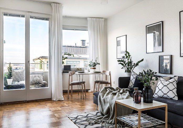 Lagom till julafton lägger vi ut denna ljuvliga minitvåa till salu. Högst upp i fastigheten med balkong & enastående utsikt. Furusundsgatan 11 visas den 8/1 Mäklare Victor Sjölund Foto: @clearcutfactory Styling: @amazinginteriorsthlm #utsikt #funkis #balkong #interiordesign #detaljer #gärdet #östermalm #minitvåa #husmanhagberg #stockholm