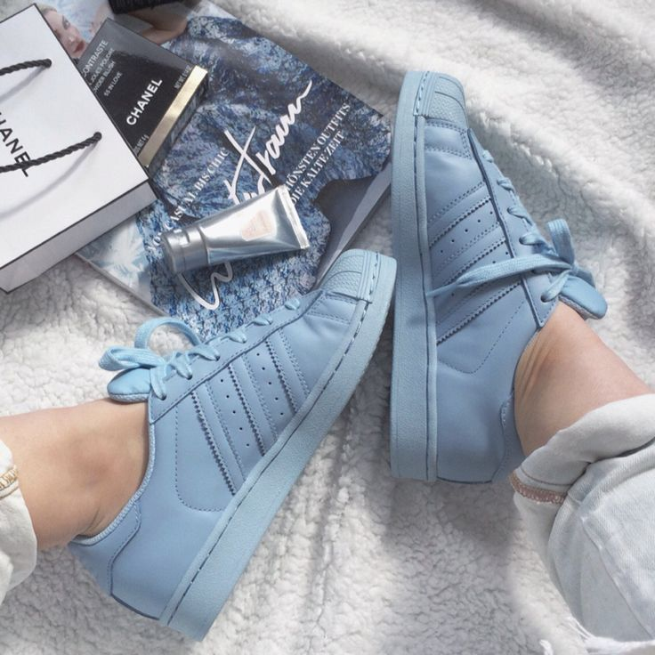 pies de mujer con tenis adidas superstar azul