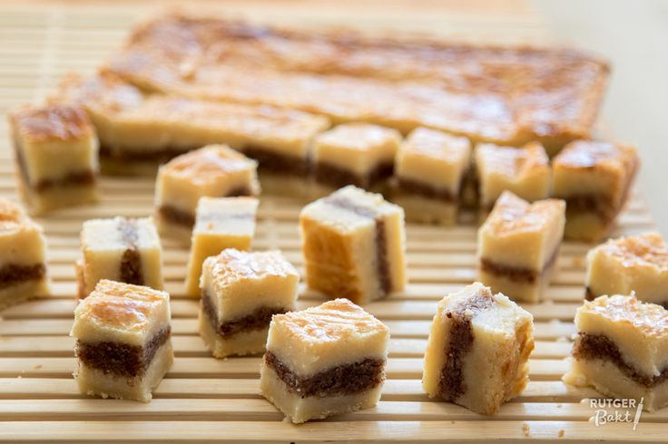 Dit recept is een variatie op mijn recept voor de perfecte boterkoek. Deze boterkoek wordt gevuld met een laagje spijs gemaakt van pecannoten, dat zorgt voor een heerlijke afwisseling in smaak en textuur van de boterkoek. Natuurlijk kan je in plaats van pecannoten ook andere noten gebruiken, bijvoorbeeld hazelnoten, amandelen of een combinatie van verschillende soorten noten.  Ingrediënten Voor het deeg 375 gr bloem 340 gr roomboter, op kamertemperatuur 270 gr witte basterdsuiker ¼ tl zout…