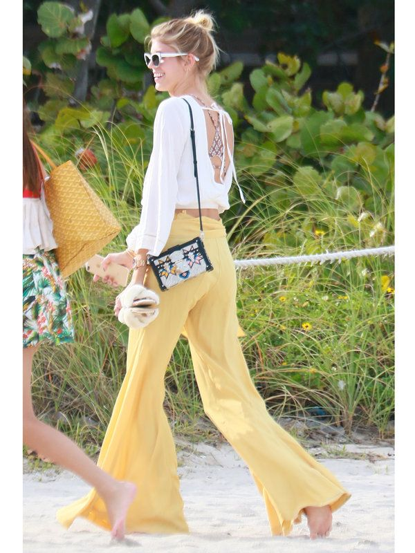 マイアミのビーチでキャッチされたヴィクシーモデルのデヴォン・ウィンザーは、バックシャンなブラウスにイエローのワイドパンツを合わせて、ボヘミアンムード漂う旬なビーチスタイルを披露。仕上げに「ルイ・ヴィ...