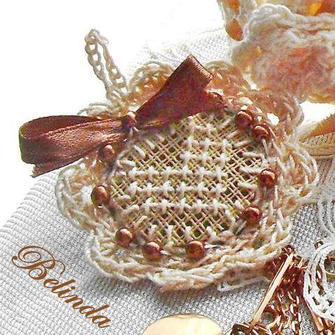 Vintage kisasszony ékszerei - horgolt, hímzett medál barna, Mademoiselle Vintage Crochet, embroided pin with bow, pearl and felt, Ékszer, óra, Medál, Ékszerszett, Meska 950 Ft