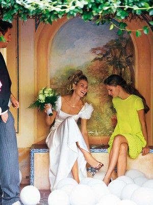 burda style - Schnittmuster - Hochzeitskleid: Ärmel mit selbst gemachten Organza-Blüten zieren die nach unten weit ausgestellte Robe