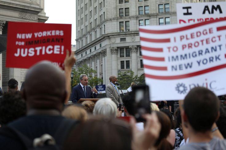 Nueva York demanda a Trump por eliminar el programa de ayuda a jóvenes inmigrantes