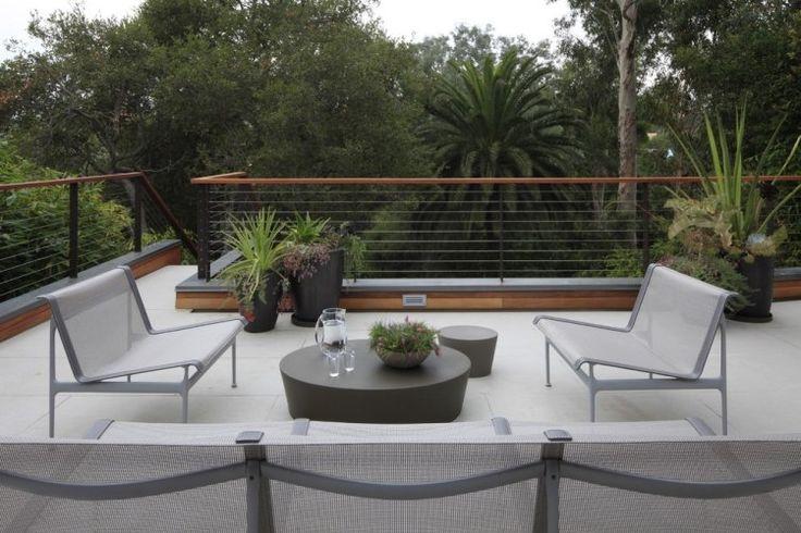 garde-corps en bois et métal sur le balcon bien aménagé