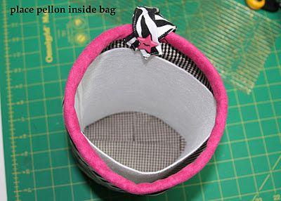 Coloque o Pellon dentro do saco e prenda-o para o saco de costura de mão-la baixa, deixando espaço para um saco para dobrar sobre a Pellon dentro do saco.