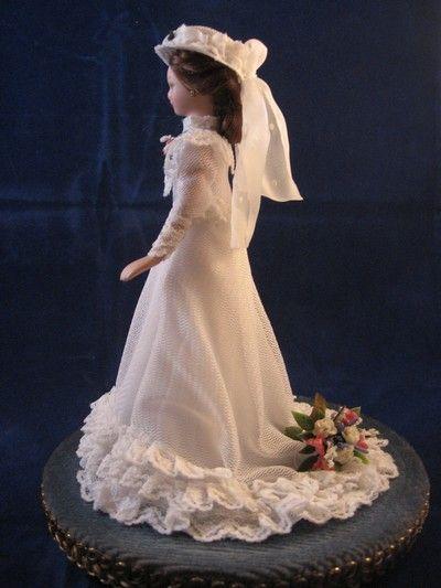 Mijn vrouw Monique maakt een heel speciaal cadeau  waar iedere bruid blij mee is. Het is een kopie van je eigen bruidsjurk op een poppetje van 13 centimeter. Een leuk idee voor moeders of vriendinnen van de bruid die het als huwelijkscadeau weggeven, maar ook erg geschikt voor een huwelijksjubileum.