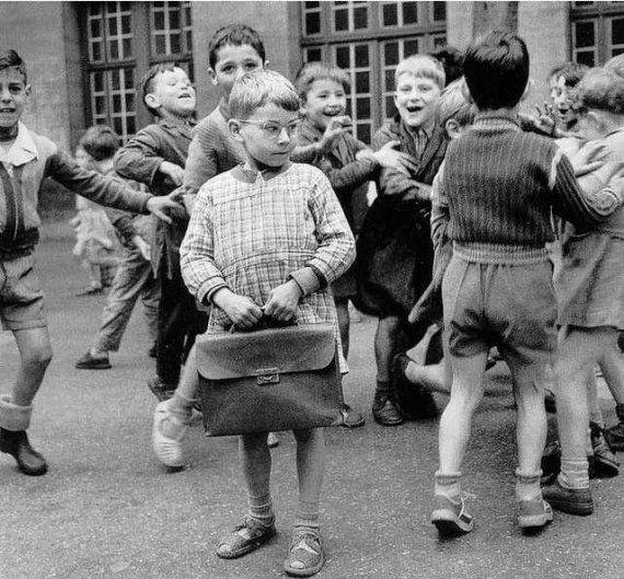 """Les enfants dans la cour de l'école """"des garçons"""" - 1956"""