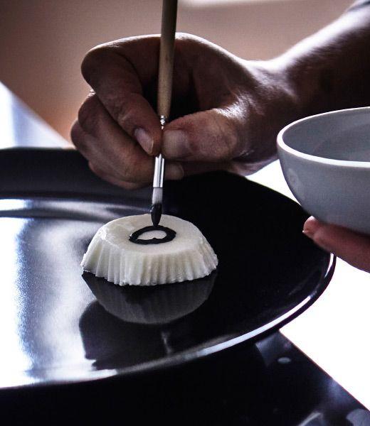 Jogurt, který zmrzl ve formičkách IKEA DRÖMMAR se vyklopí a ozdobí.