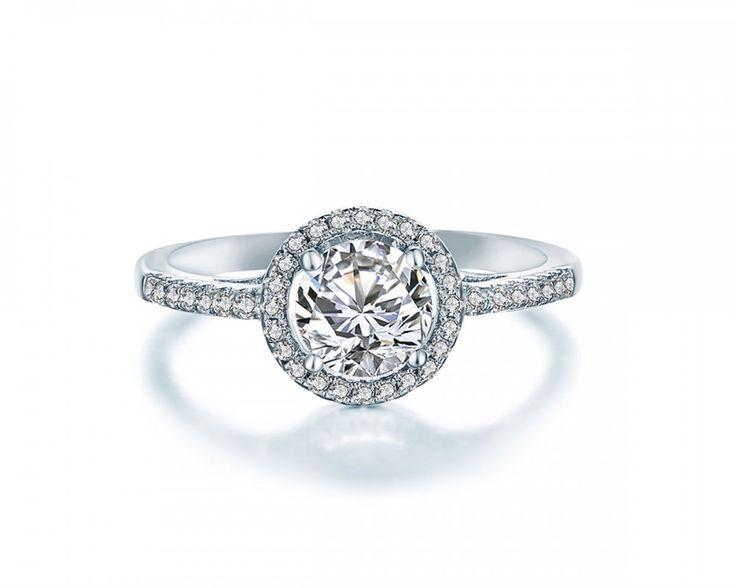 Den yndige Graceful Isabel ring er et tidsløst design, som udstråler elegance og enkelthed på samme tid. Ringen er håndlavet af dygtige guldsmede, der påsætter hver enkelt schweizisk krystal med en rolig hånd. Ringen er lavet i ædelmetallet sterlingsølv (925), hvilket er det fineste sølv, der bliver forhandlet. Mål:  Kronen måler 9 mm.  Abelstedt tilbyder  Nem og hurtig levering Flot og eksklusiv indpakning Nem ombytning og returnering Brug for hjælp? Ring til os:+45 81 74 41 14