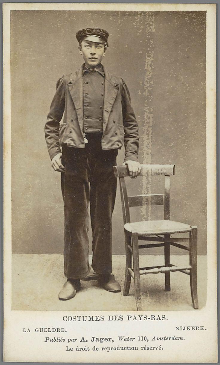 Man in Gelderse streekdracht uit Nijkerk. Costumes des Pays-Bas. - La Gueldre. - Nijkerk. 1875-1885 fotograaf: Jager, A. #Veluwe #Gelderland #Nijkerk