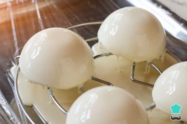 Aprende a preparar glaseado espejo de chocolate blanco para tartas con esta rica y fácil receta. El efecto mármol en las tartas es una tendencia que muy pocos logran...