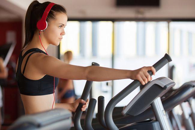 Zayıflamak için egzersiz yapıyorsan, kalorilerden kurtulmanın katı bir rutinden daha fazlasını gerektirdiğini bilmelisin. Güçlenmek güzeldir. Güçlendiğin zaman sadece güzel bir görünüm elde etmezsin; ayrıca, metabolizmanın daha hızlı çalışmasını sağlayacak kas kütlesi de kazanırsın. Ancak, Current Biology'de yayımlanan bir çalışmaya göre, bu strateji her antrenmanda daha az kalori yakmana da neden olabilir.Araştırmada 300 kadın ve erkek,…