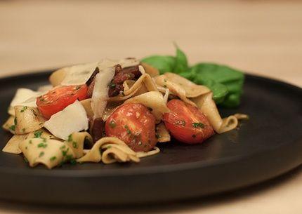 Pasta med vinägerstekt fläsksida, tomater, örter och parmesan