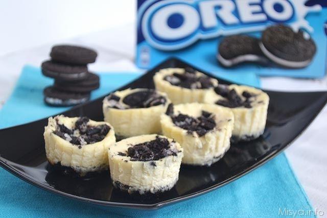 Dopo che ho pubblicato la foto di questi mini cheesecake Oreo su Facebook, mi è stata richiesta a gran voce la ricetta ed eccola qui: delle simpatiche