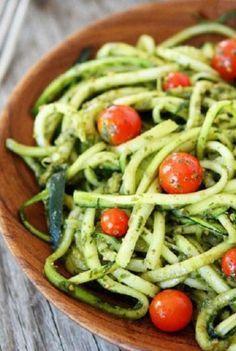 Zucchini-Nudeln mit Pesto: http://www.gofeminin.de/kochen-backen/raw-food-s1616895.html
