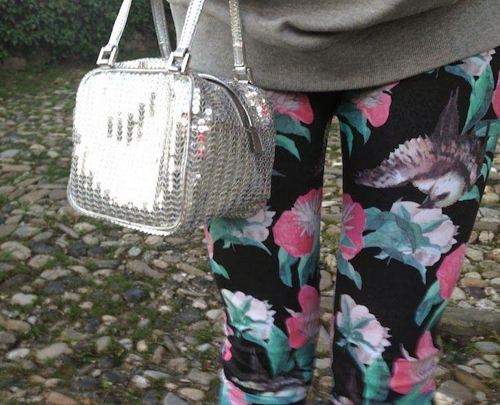 #girl #leggings #floral #style #fashion #sweatshirt #flower #birds #streetwear #italy #winterfashion #falloutfit  THE FASHIONAMY by Amanda: Fiori e Colibrì - idea outfit leggings stampati e felpa #Alfa Omega Brand