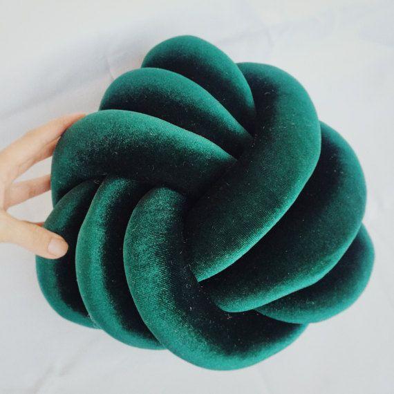 Best 25+ Knot Pillow ideas on Pinterest : Fleece blanket diy, Knot cushion and Diy pillows