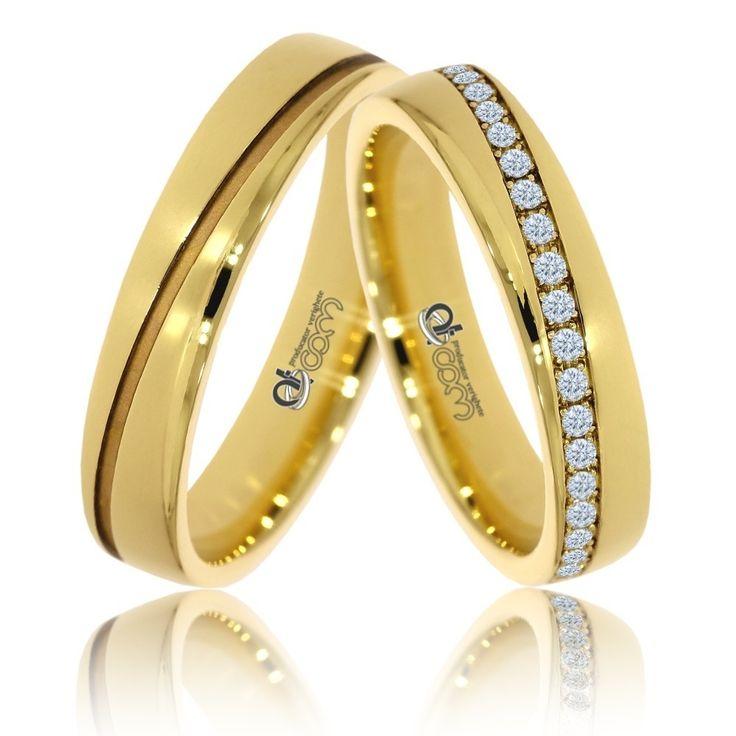 Perechea de verighete din aur galben de 14K are finisaje lucioase. Ambele inele sunt traversate de o banda diagonala. Inelul doamnei are banda tranversala plina cu 42 de diamante sau cristale
