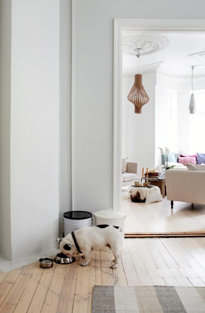 Beboerne ønsket å bevare det originale gulvet i leiligheten. Løsningen ble å tone det ned med hvite pigmenter som gir en skandinavisk stemning. Stuebordet i bakgrunnen er laget av massivt treverk fra jernbanen i India.