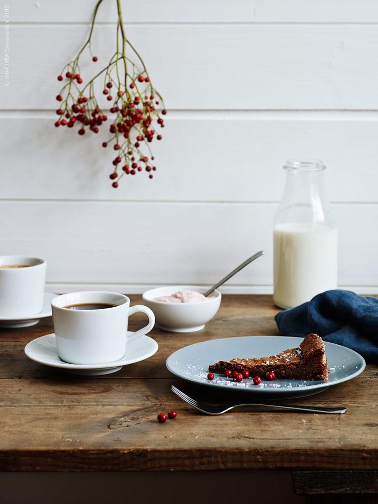 En lyxig fikastund på Kladdkakans dag. Dekorera med lingon och flingsalt! DINERA assiett gråblå, DRAGON dessertgaffel, IKEA 365+ kopp med fat, IKEA 365+ skål rundad kant. Som mjölkkanna ENSIDIG vas. Klicka på bilden för recept!