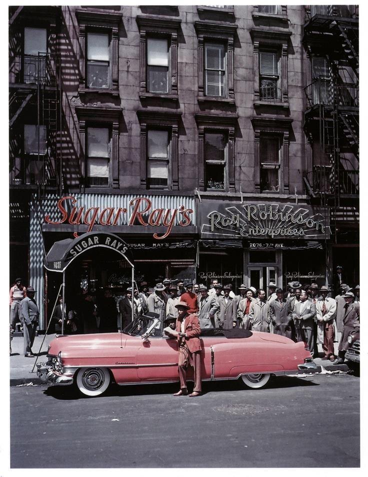 Ray Sugar Robinson et sa Cadillac rose en 1950 devant le Sugar Ray's, son bar