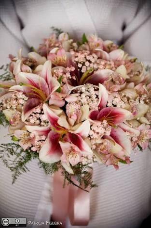 Resultado de imagem para buque flor de cerejeira marsala branco rosas orquídea cymbidium