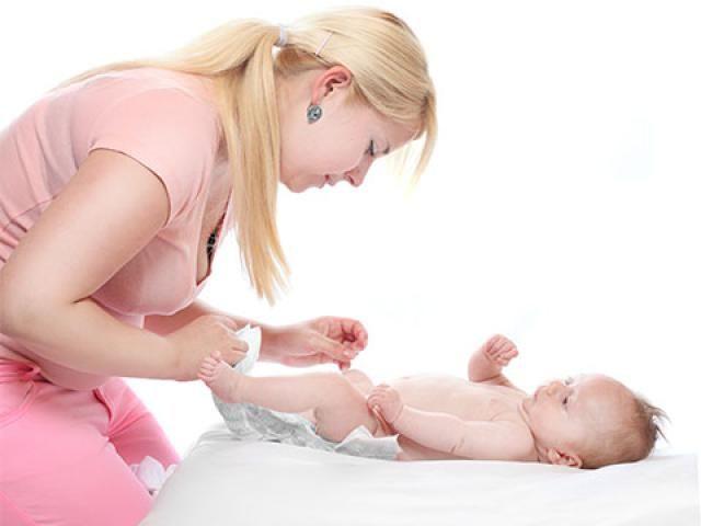 Yeni doğmuş ve süt çocukluğu dışında bir bebeğin günde 4 kereden fazla, sık sık ve sulu kaka yapmasına ishal denilmektedir. İshalin en sık rastlanan sebepleri arasında viral enfeksiyonlar yer almaktadır. Diğer sebepleri arasında ise bakteriyel enfeksiyonlar, parazitozlar, ilaç kullanımı, gıda alerjileri, diş çıkarma dönemi gibi sebeplerde olabilir. İshalli bir bebeğe mutlaka bol bol su verilmelidir. Eğer bebek anne sütü alıyorsa anne sütüne aynı miktarda veya daha fazla beslenilmeye devam…