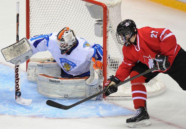 IlPost - Il canadese Zach Nastasiuk, a destra, attacca il portiere finlandese Juuse Saros durante la semifinale del campionato mondiale di hockey su ghiaccio a Sochi, Russia. Venerdì 26 aprile 2013. (ALEXANDER NEMENOV/AFP/Getty Images) - Il canadese Zach Nastasiuk, a destra, attacca il portiere finlandese Juuse Saros durante la semifinale del campionato mondiale di hockey su ghiaccio a Sochi, Russia. Venerdì 26 aprile 2013.  (ALEXANDER NEMENOV/AFP/Getty Images)
