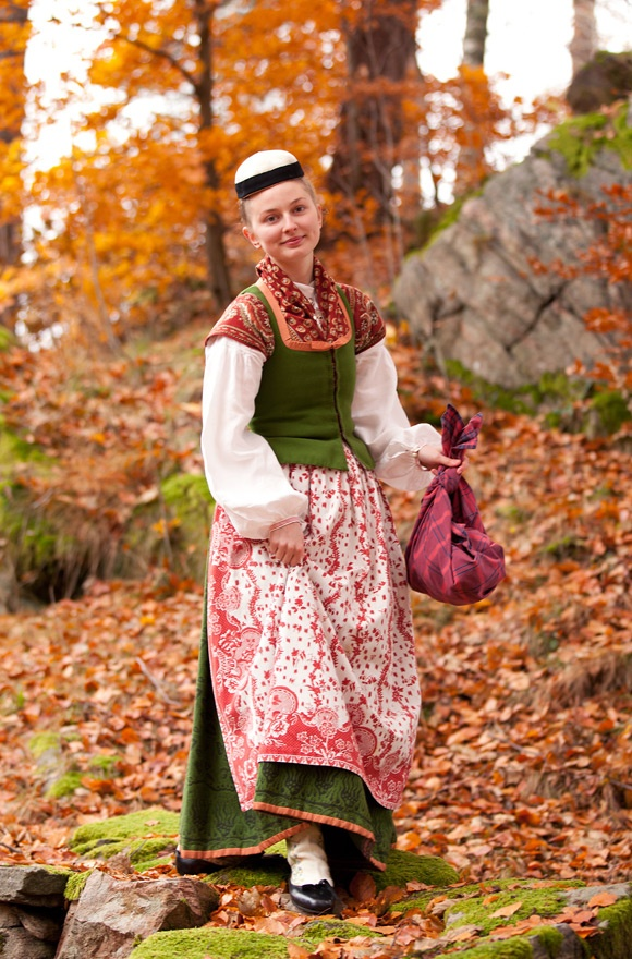 Toarp folkdräkt. Västergötland, Sweden. The wool bodices and skirts are trimmed with silk ribbon. The skirt is printed with an intricate pattern and the white stockings are beautifully embroidered .