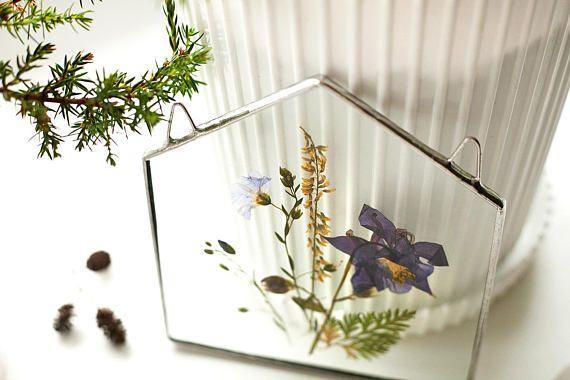 kleine glazen huis vormige paneel met het boeket van Lentebloemen u kunt hangen aan de muur grootte: 13,5 cm materiaal: glas, tin soldeer, ingedrukt bloemen ook misschien interessant: https://www.etsy.com/listing/530607001/scandinavian-decor-stained-glass-panels?ref=shop_home_active_21