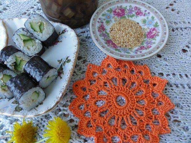 Суши роллы со стеблями лопуха, одуванчика и свежим огурцом