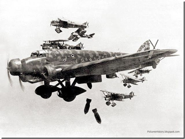 """Bomber """"Savoy Marchetti"""" with its Italian crew, accompanied by Fiat CR.32 fighters bombs Madrid. November 1936."""