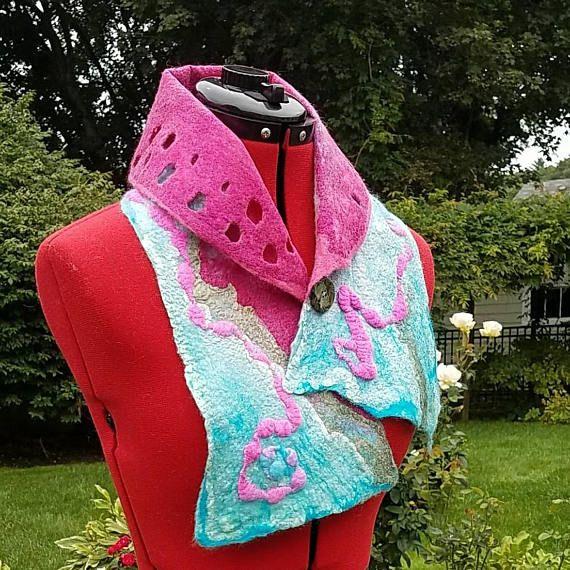 Nuno vilten kraag in blauw en roze. Wearable Art sjaal.
