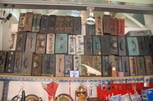 Valigie antiche al mercato delle pulci
