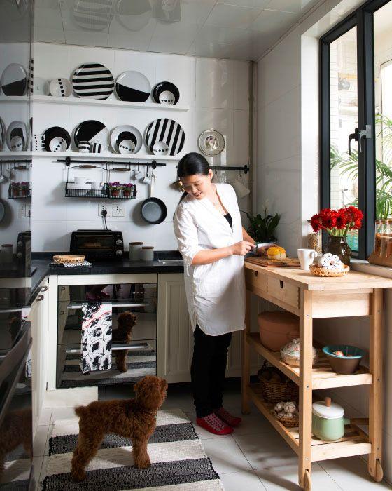 Crie uma organização simples numa cozinha pequena, com arrumação aberta e portátil