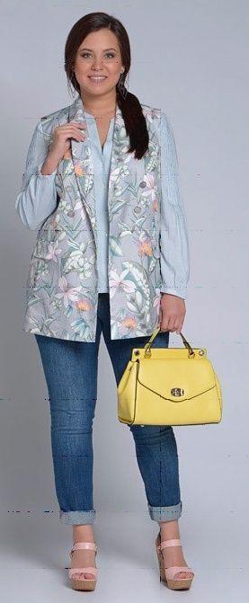 Серый пиджак, блузка с цветами, темные джинсы, бежевая сумка, желтые балетки
