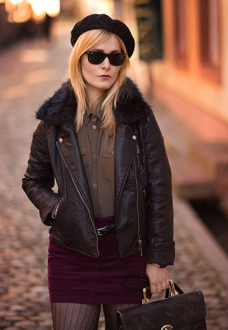 Schwarze Baskenmütze kombiniert mit khaki farbener Bluse und Lederjacke
