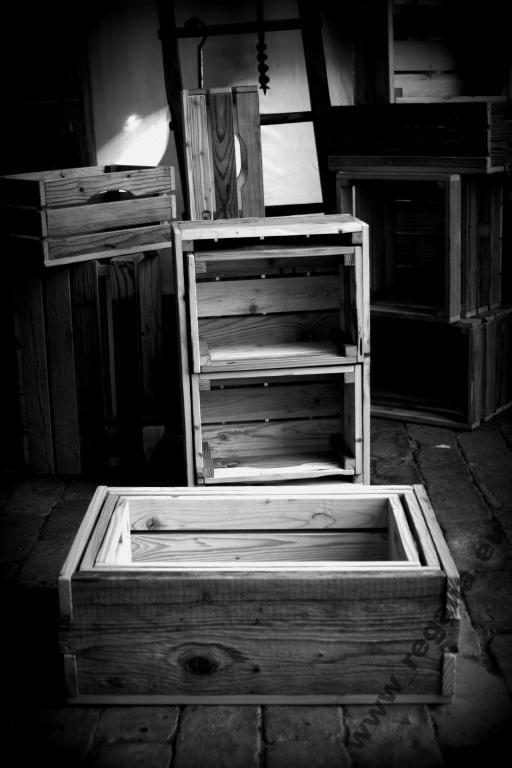 Komplet drewnianych skrzynek ze starego drewna, które można używać w wieloraki sposób, m.in.: jako pojemniki na gazety, przybory w łazience, różne przyrządy w kuchni w kuchni czy po prostu na owoce czy warzywa. Doskonale, ustawiając je na boku, spełniają rolę biblioteki.  W komplecie znajdują się 3 skrzynki wykonane ze starych desek.  Wymiary:  duża skrzynka: 63 x 43 x 22 cm 2 małe skrzynki: 39 x 27 x 20 cm.  Cena za komplet wynosi 189zł.