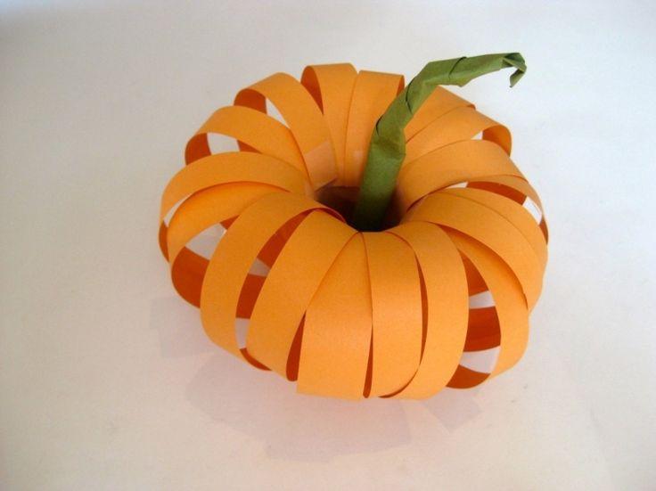 Ein herbstlicher 3D-Kürbis aus orangenen Papier Streifen